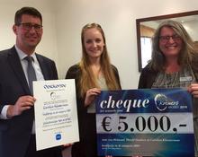 Carolien Kloosterman receives her prize