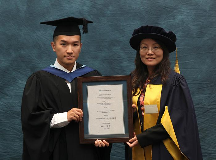 Hu Yuanhua presents the Zhejiang Hengyi Group Prize to Haixiao Wang, BSc (Hons) International Business Management, at the Harper Adams University graduation prize-giving. The prize recognises the student who has displayed the greatest contributions to cultural integration and awareness