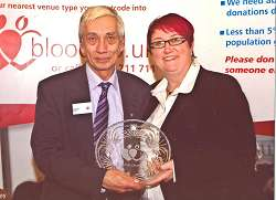 Allen receiving his award from Jane Pearson, Assistant Director of Nursing at NHS Blood and Transplant.